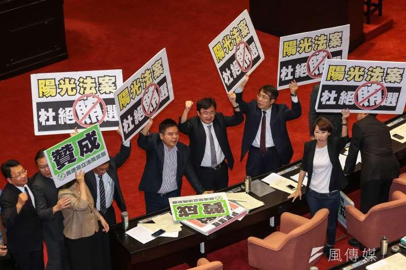 民進黨27日於院會針對地方制度法第44條、第46條條文修正草案表決表示贊成。筆者認為此行猶如開民主倒車(資料照,顏麟宇攝)