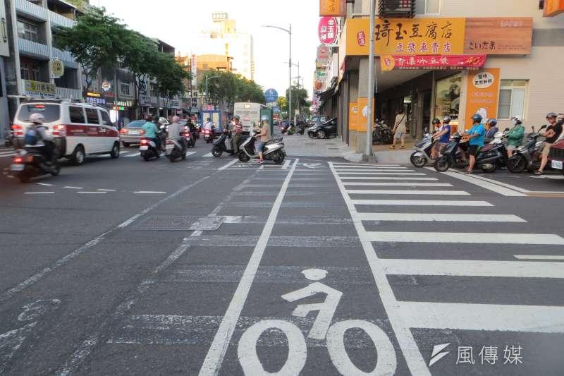 近年來自行車事故急速攀升,根據交通部道路安全委員會統計,自行車事故中的「未依規定讓車、轉彎不當、違反標誌及號誌」常居肇因「三害」。(資料照,楊伯祿攝)