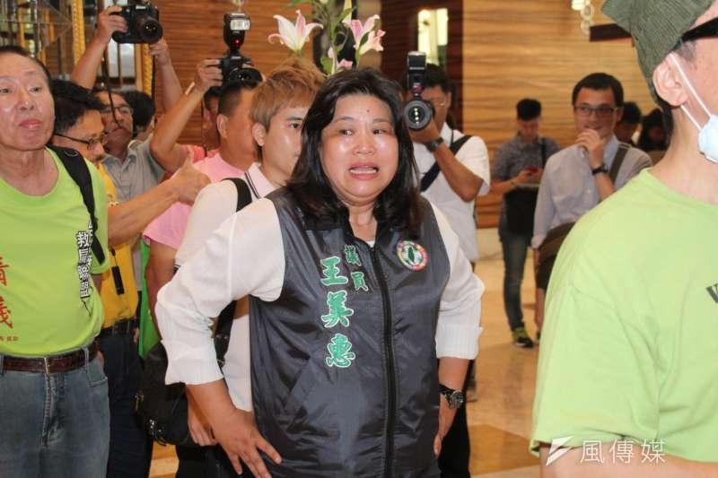 前總統陳水扁抵達位於台北市大直典華會館的凱達格蘭基金會餐會。嘉義市議員王美惠。(王德為攝)