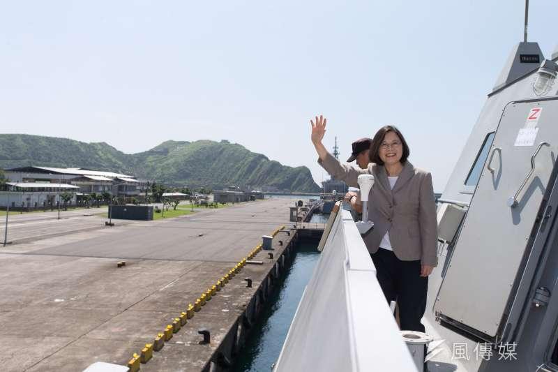 總統蔡英文4日視導宜蘭部隊,首站抵達海軍蘇澳中正基地,並登上沱江艦出海操演。(顏麟宇攝)