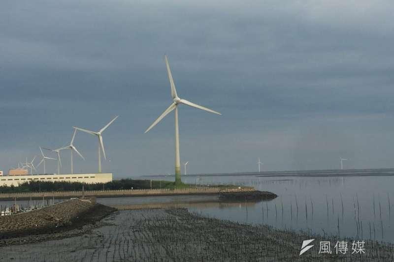 全台閒置國有土地讓位給綠能開發案,就連生物多樣性最豐富的潮間帶也不例外。圖為彰濱工業區風力發電。示意圖。(資料照,呂紹煒攝)