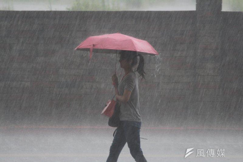 氣象專家彭啟明今(13)日於表示,今天是台灣受到卡努颱風外圍水氣影響最嚴重的時候,預期東半部及北部都會有雨勢,並預估下周三四將又有颱風形成。(資料照,方炳超攝)