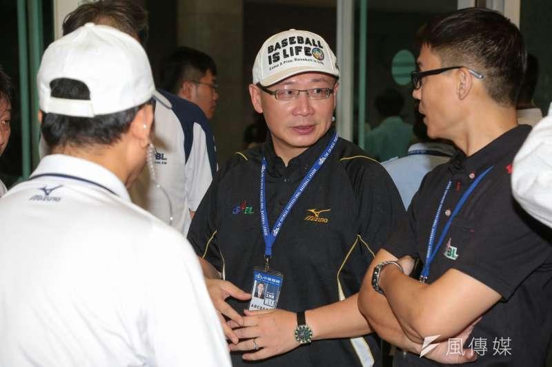 中華職棒大聯盟17日選出第10屆會長,現任會長吳志揚以17票全數同意,確定連任。(資料照,顏麟宇攝)