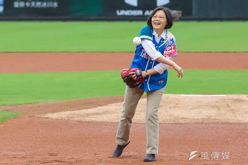 「宅神」朱學恒在節目上嗆總統府小編白癡,竟然把總統蔡英文(見圖)的圖片修成拿棒球棒打網球。(資料照,顏麟宇攝)