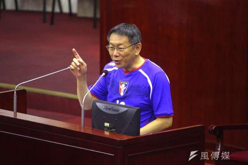 台北市長柯文哲14日穿著足球服接受市政總質詢,表示遠雄7月8日前若不表態,北市府將終止大巨蛋合約。(蔡耀徵攝)