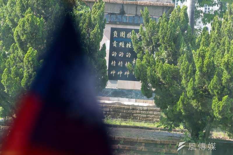 陸軍官校內的蔣公銅像下寫著黃埔精神:犧牲、團結、負責及國旗剪影。(顏麟宇攝)