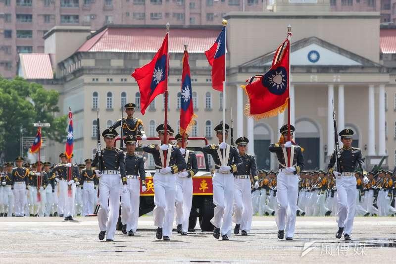 圖為陸軍官校校慶,統帥旗及校旗隊首先進場。(資料照,顏麟宇攝)