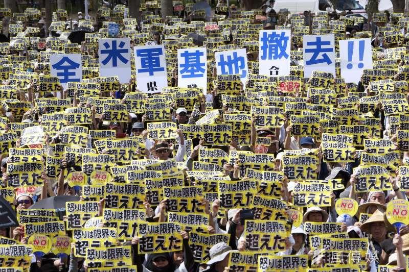 沖繩縣民參加集會,要求美軍基地全面退出沖繩。(資料照,取自美聯社)