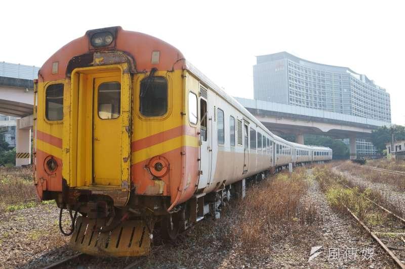 圖為台鐵早年所引進的第一款電聯車:EMU100型電聯車。(盧逸峰攝)