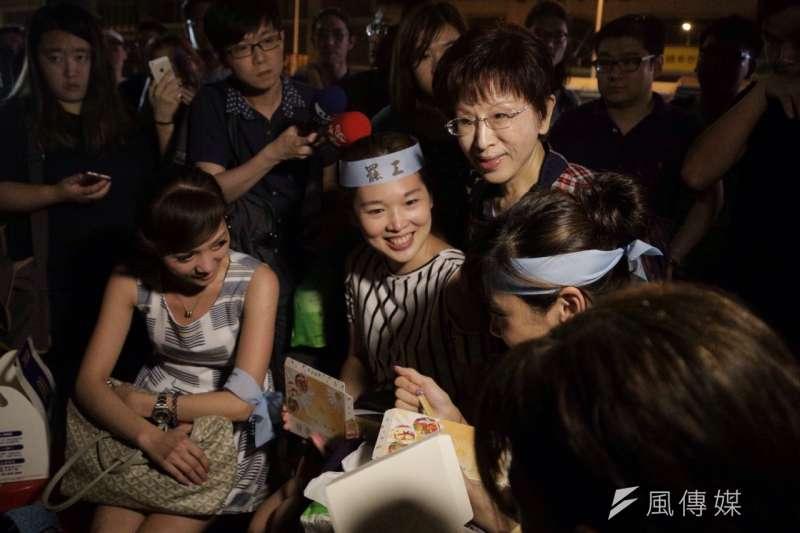 國民黨主席洪秀柱前往華航空服員罷工現場,關心罷工群眾。(曾原信攝)