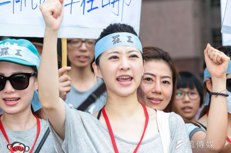 華航罷工空服員24日至民進黨部前抗議遞交陳情書。(顏麟宇攝)