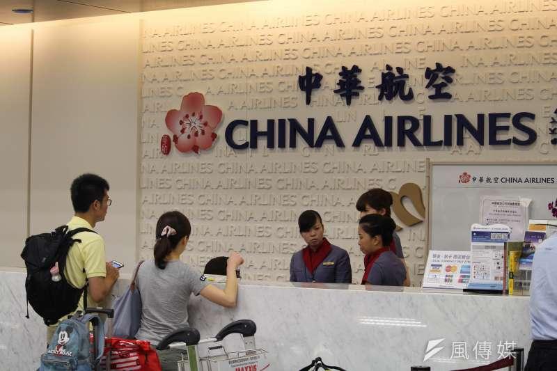華航空服罷工結束,但25日仍有56航班取消,地勤人員努力處理旅客的問題。(方炳超攝)