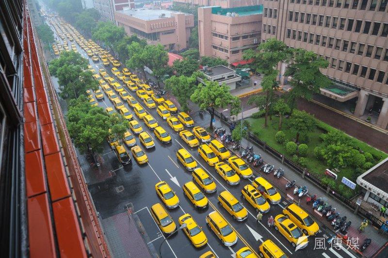 全民計程車集結於立院旁濟南路上,抗議Uber壓縮計程車司機的工作權。(資料照,顏麟宇攝)