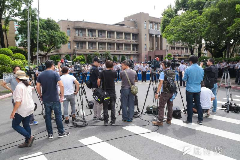 各家媒體30日一早便一字排開於行政院前,準備採訪行政院前抗議行動。(顏麟宇攝)