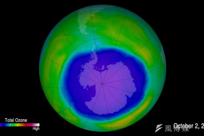 南極的臭氧層破洞正在復元當中。圖為2015年觀測數據。(圖/取自維基百科)