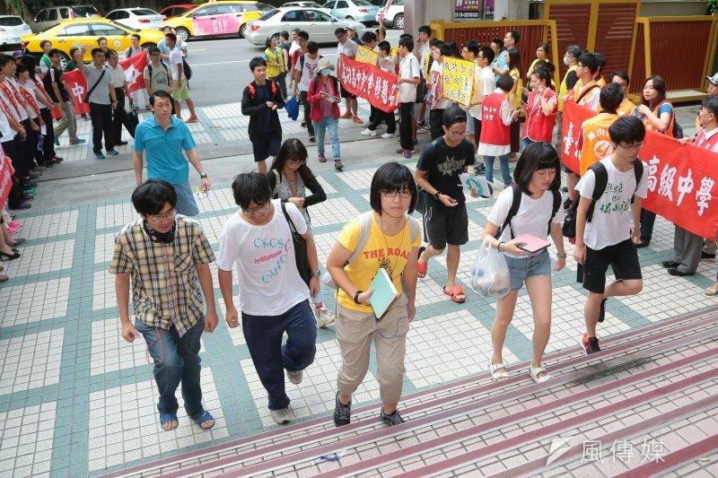 2016年大學指考考生進場。(資料照,顏麟宇攝)