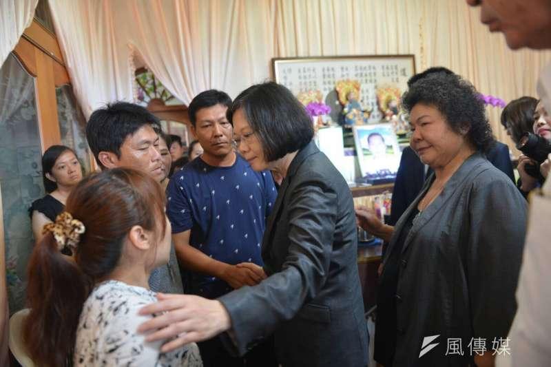雄三誤射事件,總統蔡英文慰問受害船長家屬。(總統府提供)