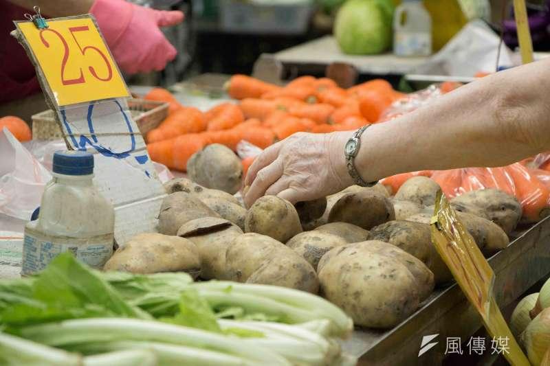 日前臉書社團「爆廢1公社」曾貼出大批棄置蔬菜的畫面,引發網友熱議。示意圖,非關新聞個案。(資料照,李振均攝)