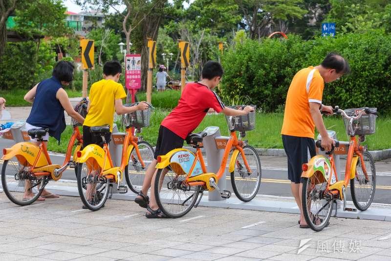 YouBike專題,圖為臺北市客家文化主題公園租賃站,一家人一起將YouBike歸還至租借站。(顏麟宇攝)