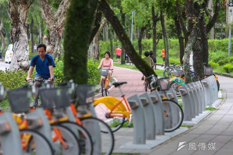 YouBike專題,圖為位於大安森林公園旁新生南路單車道上,民眾騎乘YouBike情形。(顏麟宇攝)