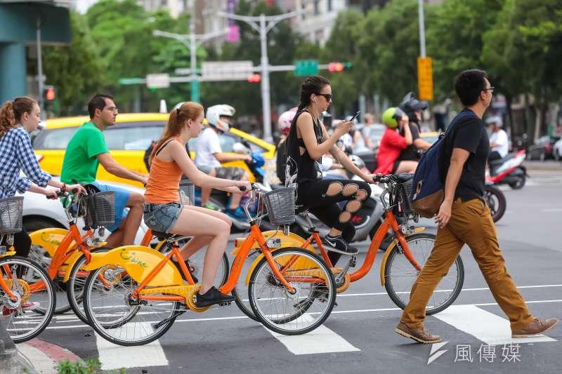 YouBike專題,圖為位於和平東路新生南路交叉口,外籍民眾騎乘YouBike時使用手機的錯誤動作。(顏麟宇攝)