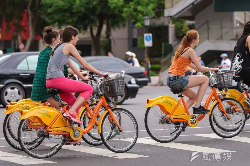 YouBike專題,圖為位於和平東路新生南路交叉口,外籍民眾騎乘YouBike通過和平東路。(顏麟宇攝)