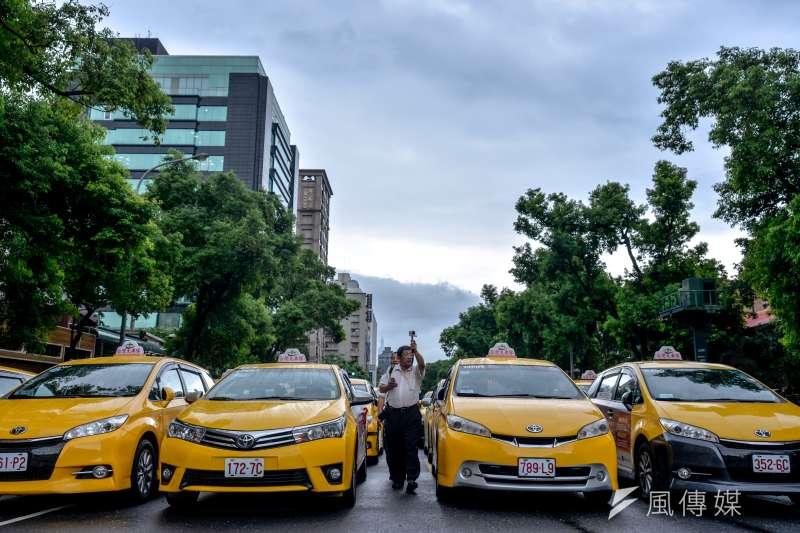 上百輛計程車11日停滿台北市濟南路,抗議Uber違法;投審會表示,一個月內決定是否撤銷Uber的外國人士投資許可。(甘岱民攝)