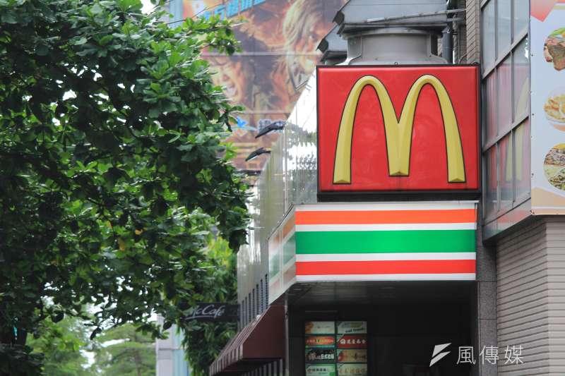 全台最大速食業者麥當勞2日宣布,不論計時人員時薪是否為133元,將全部調升7元。(沈超群攝)