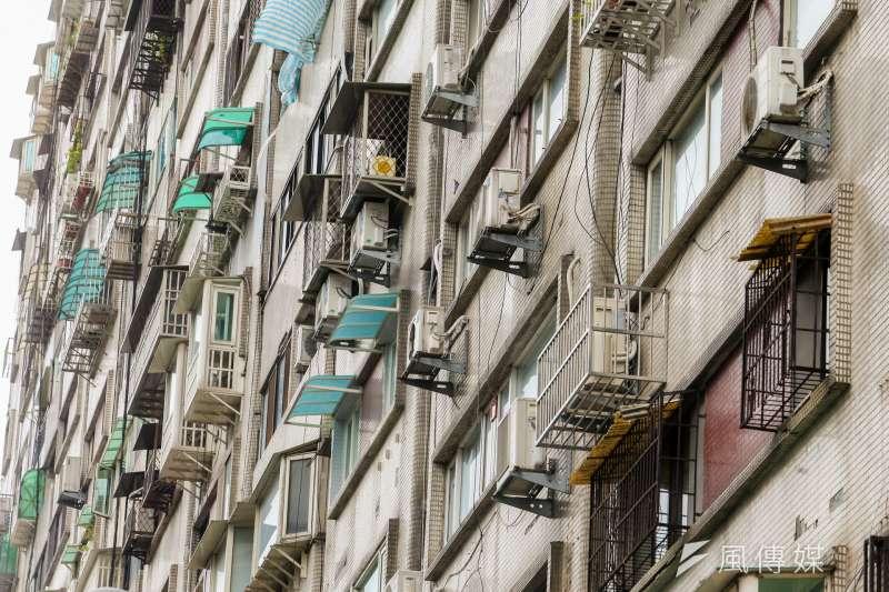 台北市產業局1日表示,今年不僅服務業補助新增2項目,補助對象也從原本的服務業,擴大至家戶住宅的冷氣及冰箱家電,凡設備要進行汰換安裝的地址在台北市,都可以申請補助。示意圖。(資料照,陳明仁攝)