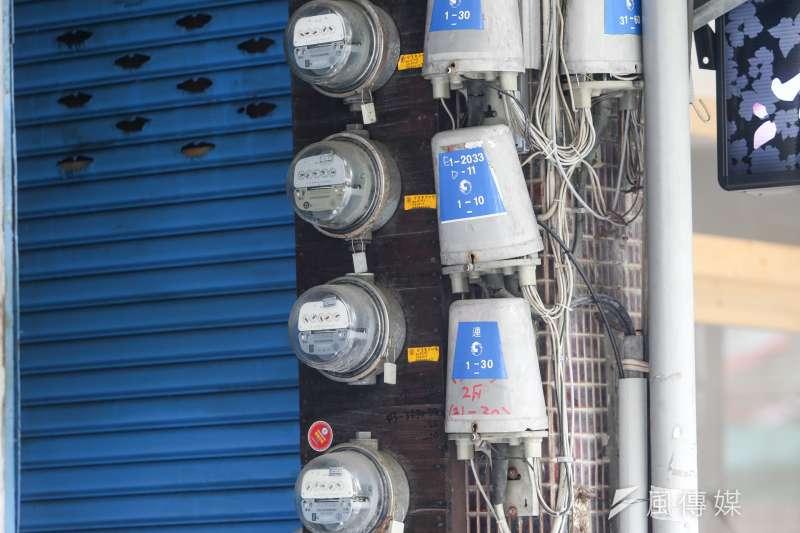 經濟部能源局10月將召開電價審議委員討論新電價,儘管國際原油價格未有明顯漲勢、電價可能不會調整,能源局仍保守表示,要依台電所提的成本資料決定電價漲跌。(資料照,陳明仁攝)
