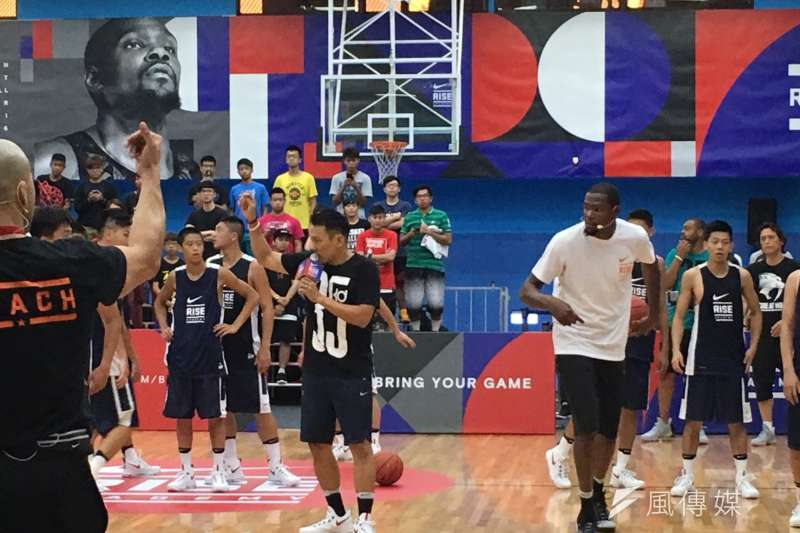 金州勇士的「雷帝」Kevin Durant,15日來台參加由Nike舉辦的籃球訓練營,親自指導訓練營球員。(吳佳蓁攝)