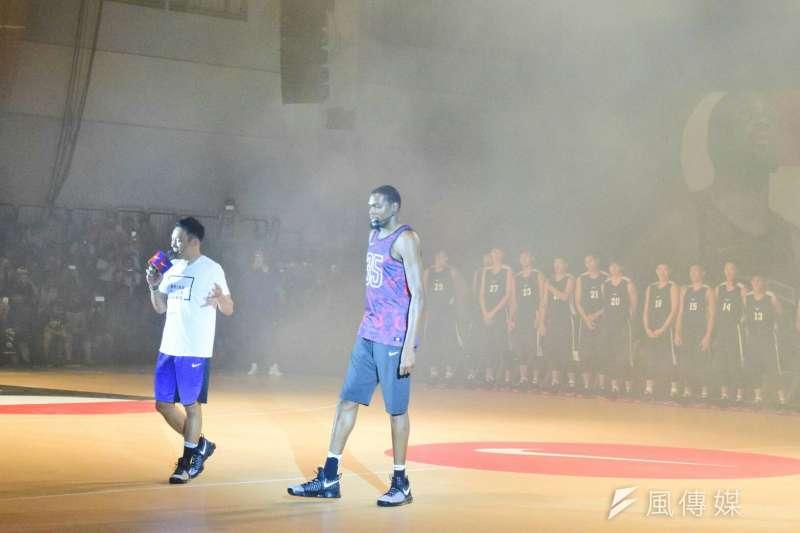 金州勇士的「雷帝」Kevin Durant,15日來台參加由Nike舉辦的籃球訓練營,親自指導訓練營球員。(陳伯聖攝)