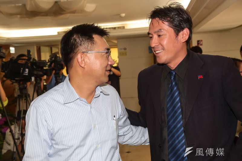 資深媒體人黃暐瀚(右)表示,台灣網友一開始利用血友病童當「武器」,去批評第一班上專機回台的247人,現在又把血友病童的媽媽當箭靶。(資料照,顏麟宇攝)