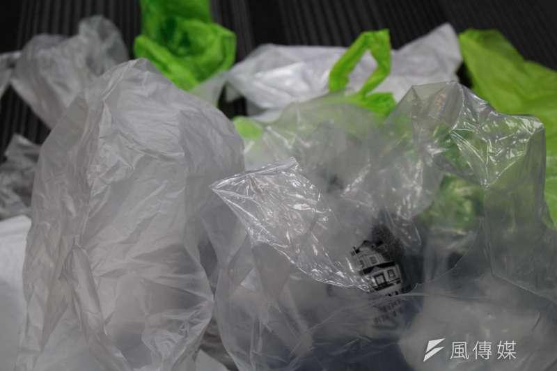 每年約有800萬噸的塑膠流入大海,碎化成微塑膠,被海洋生物攝入。(方炳超攝)