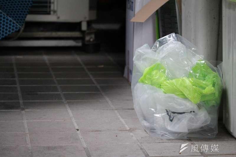 若以六都戶數結構推算,六都全部家庭一週內共買回約8810萬件塑膠垃圾。(鄭力瑋攝)