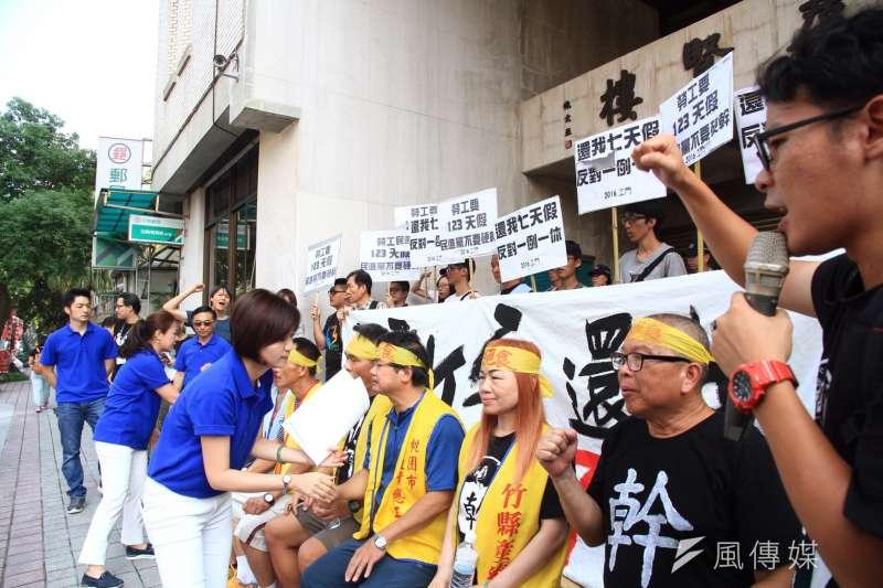 抗議勞基法修法一例一休,工運、工鬥團體在立法院外抗議。(曾原信攝)