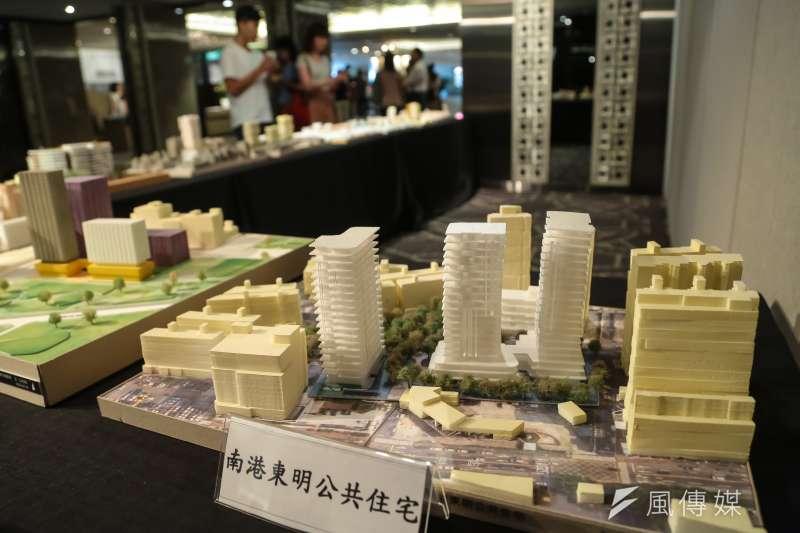 都發局3日舉辦「公辦都更及公共住宅」論壇活動,現場擺放著南港東明公共住宅模型圖。(顏麟宇攝)