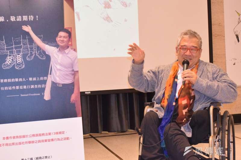 大塊文化董事長郝明義出席「網路與書」Change新書系與《公門菜鳥飛》新書法表會,介紹書系理念及出版緣由。(陳伯聖攝)