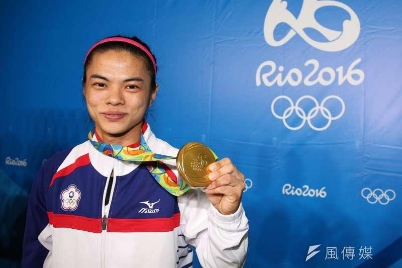 台灣舉重女將許淑淨8日在里約奧運摘下金牌(取自行政院臉書)