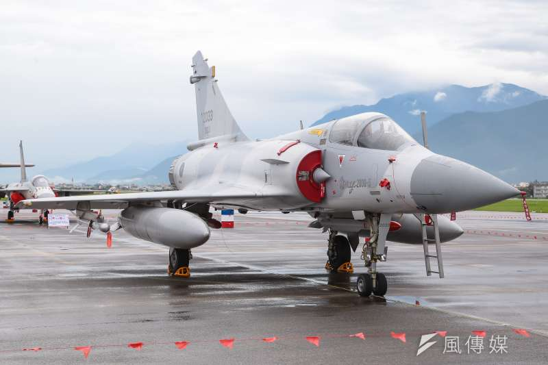 20160811-花蓮空軍基地11日搶先開放給當地居民及媒體參訪,圖為現場展示幻象2000-5型戰鬥機。(顏麟宇攝)