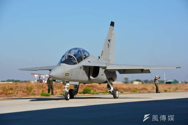 0001義大利萊切加拉蒂納(Lecce-Galatina)空軍基地內的M346高級教練機滑出機棚,準備升空進行飛航訓練。 (吳明杰攝).JPG
