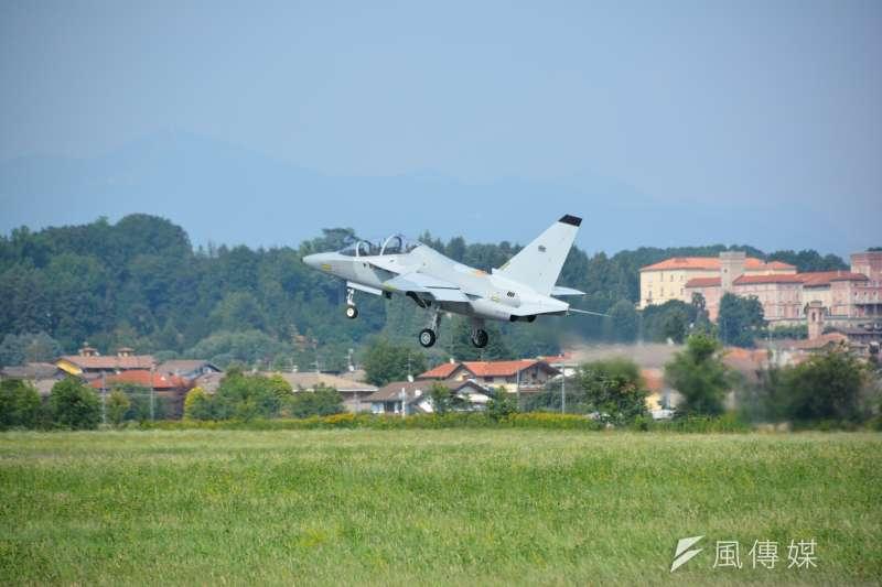 0011波蘭採購的義製M346教練機出廠後,先在李奧納多飛機製造公司位於義大利北部的瓦雷澤(Varese)廠區內跑道進行飛行測試。 (吳明杰攝).JPG