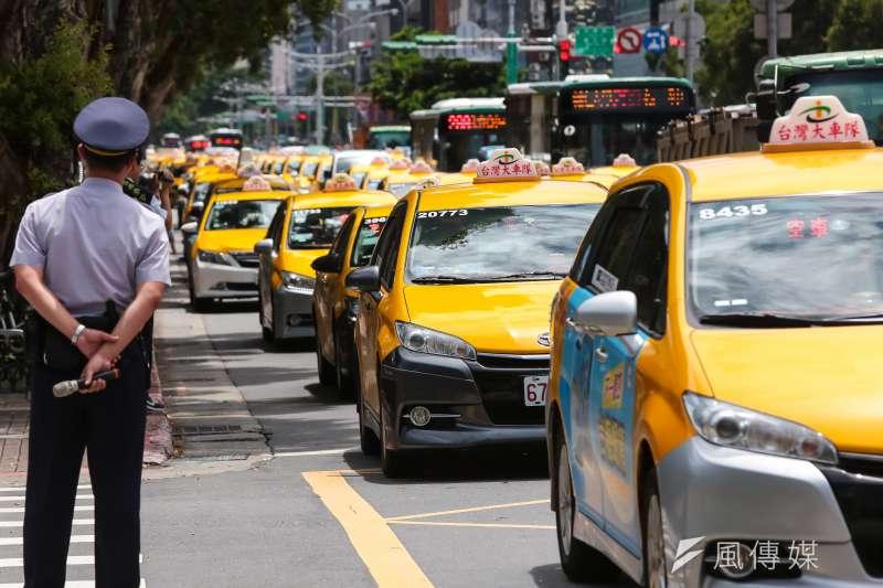 Uber長久以來與國內計程車業者的不和狀態,如今卻有了新的變數。圖為計程車去年7月包圍行政院抗議Uber。(資料照,顏麟宇攝)