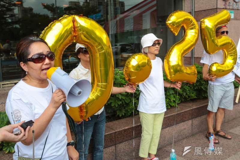 台灣酒駕防治社會關懷協會17日於民進黨部前召開「請民進黨簽署政黨防制酒駕共同宣言」記者會。(顏麟宇攝)