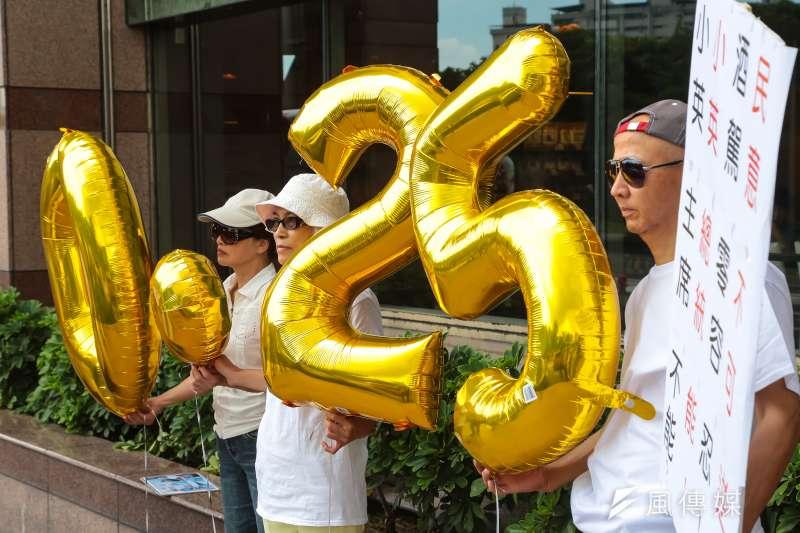 台灣酒駕防制社會關懷協會於民進黨部前召開「請民進黨簽署政黨防制酒駕共同宣言」記者會。(資料照∕顏麟宇攝)