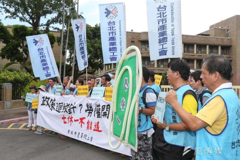 媒體工會等團體在政院大門舉行7休1不能開後門記者會。(陳明仁攝)