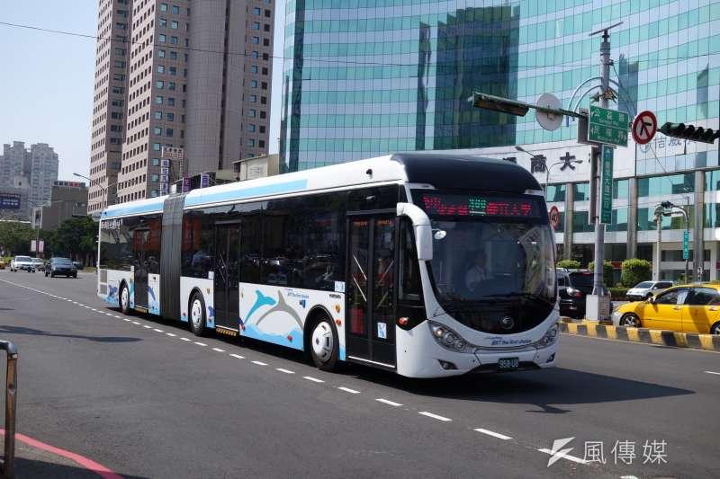 作者認為,公車優先專用道有其瓶頸,而BRT為拆而拆,實非台中之福。(取自Webb Chung@Flickr)