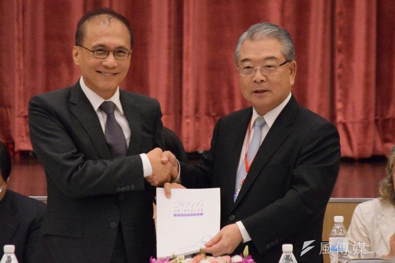 全國工業總會理事長許勝雄(右)23日出席全國工業團體領袖會議,呈遞「2016產業白皮書」給行政院長林全(左)。(陳伯聖攝)