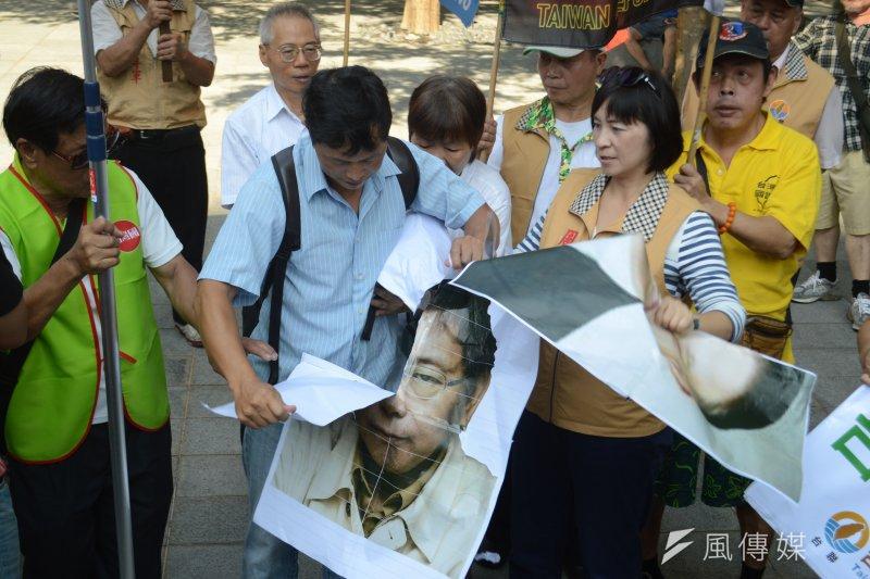 2016-08-23-雙城論壇-台聯-獨派團體場外抗議-撕毀柯文哲頭像。(翁俊翹攝)
