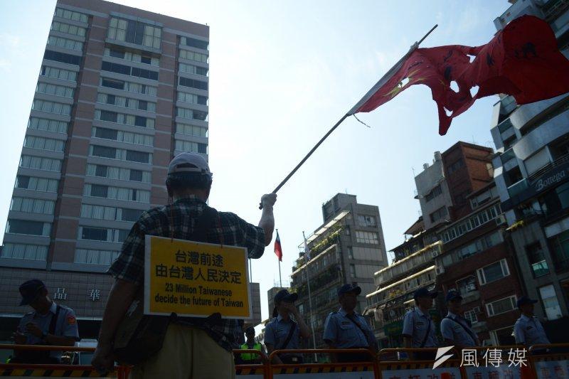 2016-08-23-雙城論壇-台聯-獨派團體場外抗議03。(翁俊翹攝)